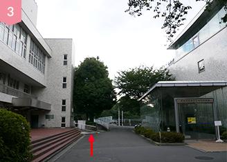 つきあたりを右に曲がると校舎入り口です。